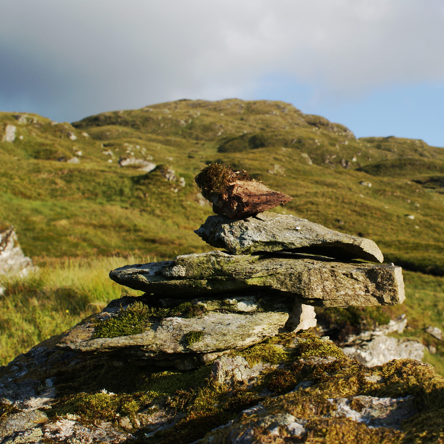 Small cairn half way down to Glen Falloch.
